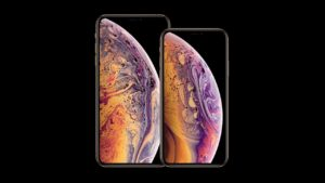 iPhone XS in mano
