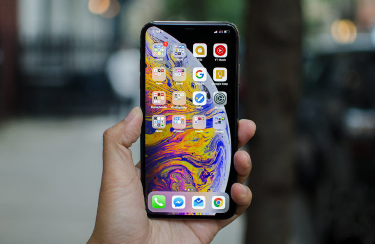 iPhone XS Max in mano