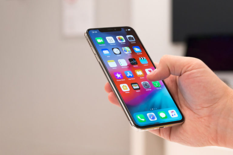 iPhone XS in mano durante l'uso